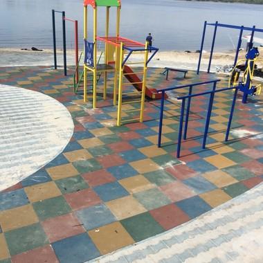 Укладка резиновой плитки на спортивной площадке комплекса Бриз