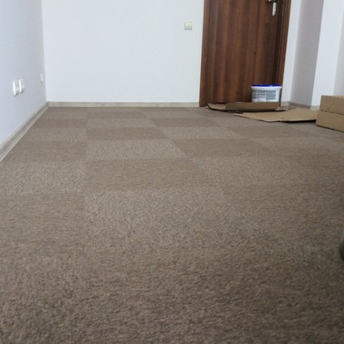 Укладка ковровой плитка с разворотом на 90 градусов в квартире