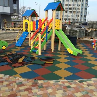 Укладка резиновой плитки на детской площадке ЖК СтатусГрад
