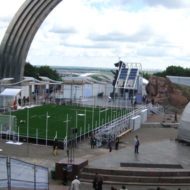 Укладка искусственной травы на футбольном поле 300м2
